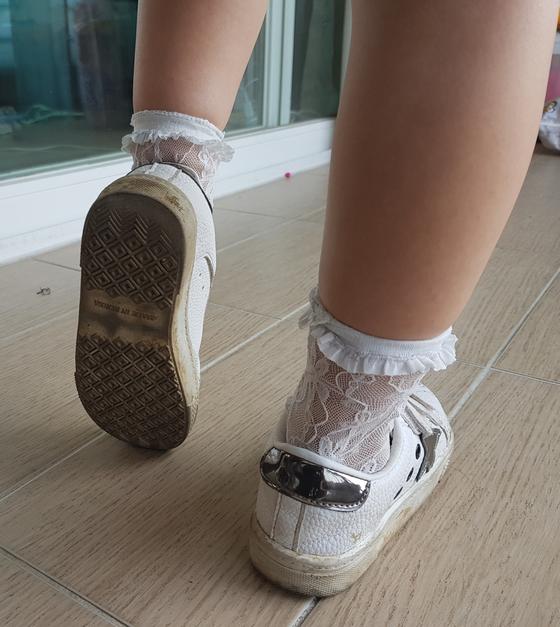 아이의 어깨선 수평과 신발 밑창만 확인해도 척추측만증 여부를 가늠할 수 있다. [자생한방병원]