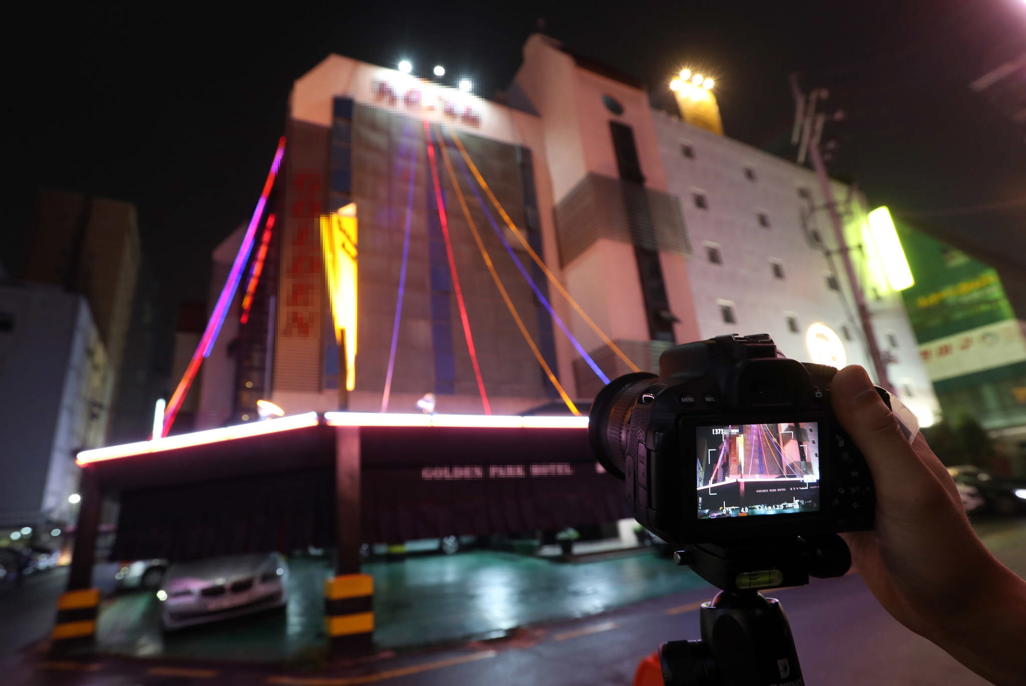 서울의 한 자치구에서 진행된 빛 공해 조사 장면. 전문가가 한 광고조명의 휘도를 측정하고 있다. 강정현 기자
