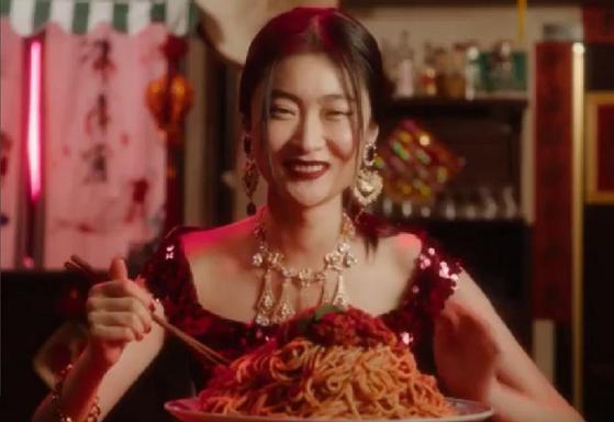 중국인 모욕 논란을 일으킨 돌체앤가바나의 패션쇼 홍보 영상. [유튜브 캡처]