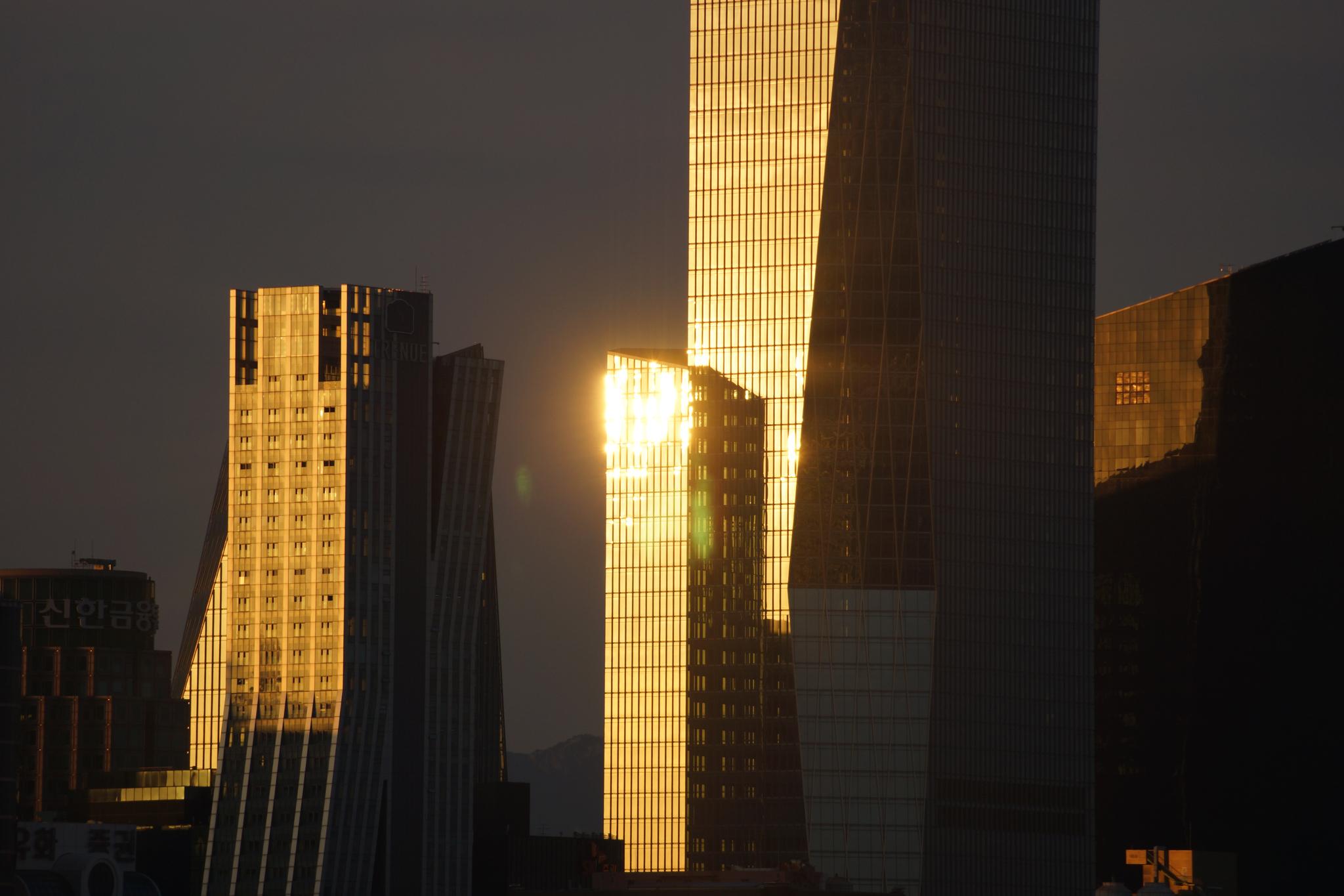 서울 여의도의 한 빌딩에서 반사되는 태양광이 눈 부시다. 강찬수 기자