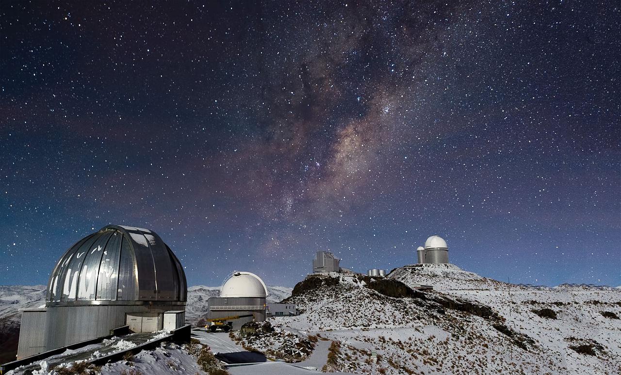 남미 칠레 북부의 아타카마 사막에 위치한 천문대. 눈 쌓인 천문대 위 밤 하늘에 은하수가 뚜렷하다. [중앙포토]