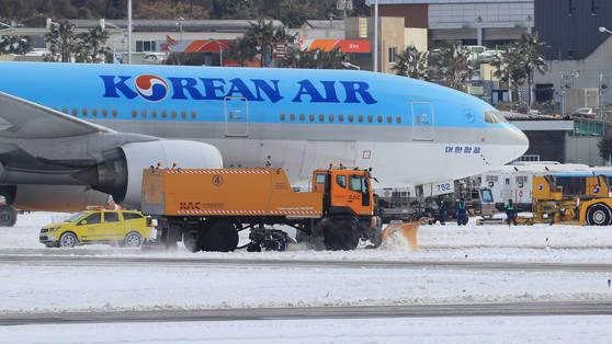 이 사진은 기사와 관련이 없습니다. 사진은 지난 2월 폭설이 내린 제주국제공항에 한국공항공사 제설차량이 활주로의 눈을 치우는 모습. [연합뉴스]