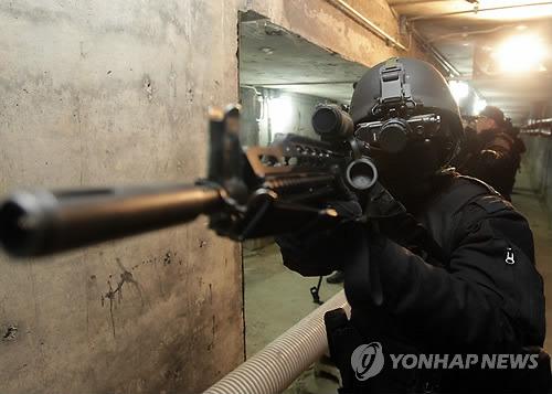 독거미 부대(35 특공대대) 장병들이 모의 지하 공동구에서 사격훈련을 하고 있다. [연합뉴스]