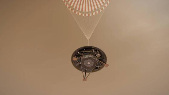 화성 탐사선 인사이트의 착륙 모습을 그린 가상도. 낙하산을 펼쳐 속도를 줄인다. 충분히 감속해야 착륙에 성공할 수 있다. [사진 NASA]