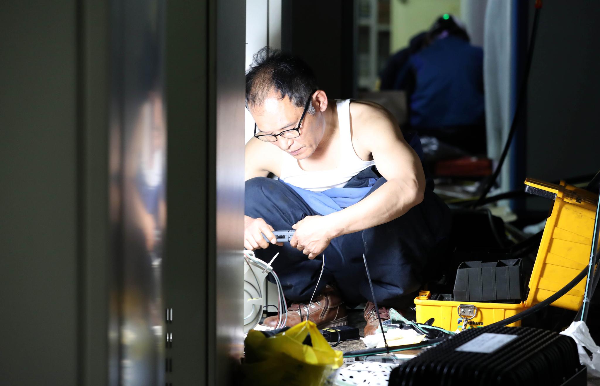 25일 오전 서울 서대문구 충정로 KT아현지사에서 KT 관계자들이 전날 발생한 화재 복구에 매진하고 있다. 우상조 기자