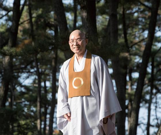 김주원 신임 원불교 종법사는 감사를 행복의 첫째 조건으로 들었다. 월간중앙과의 인터뷰를 마친 김 종법사가 산책을 하던 중 카메라를 보자 미소를 머금고 있다.