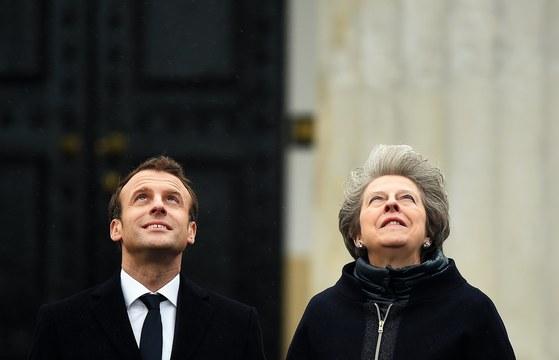 에마뉘엘 마크롱 프랑스 대통령(왼쪽)과 테리사 메이 영국 총리가 하늘을 올려다 보고 있다. 영국과 EU 지도자들은 브렉시트 합의안에 25일 서명했다. [EPA=연합뉴스]