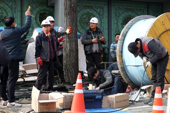 25일 오후 서울 충정로 KT아현지사 화재현장에서 관계자들이 통신장비 복구작업을 하고있다. 장진영 기자
