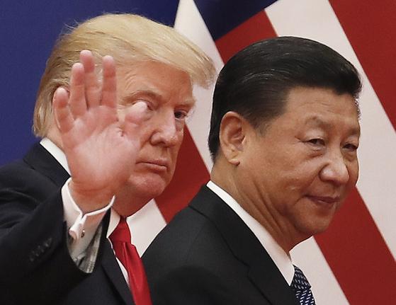 지난해 11월 중국 베이징에서 열린 미중 정상회담 당시 도널드 트럼프(왼쪽) 미국 대통령과 시진핑 중국 국가주석. 미중 무역전쟁 영향으로 내년도 중국 경제성장률이 큰 폭으로 떨어질 것으로 예상된다. [베이징 AP=연합뉴스]