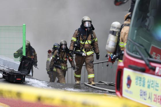 24일 오전 서울 서대문구 충정로의 KT 아현빌딩 지하 통신구에서 불이나 소방관들이 화재진화 작업을 벌이고 있다. [사진 연합뉴스]