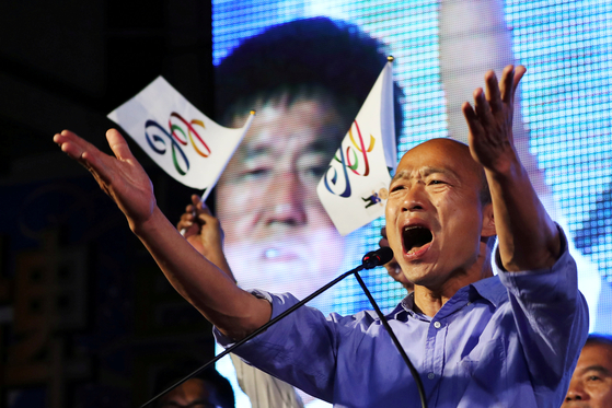 대만의 집권여당인 민진당의 20년 아성이 '한류 후보' 한궈위에 의해 무너졌다. 24일 실시된 대만 지방선거에서 가오슝 시장에 당선된 국민당 한궈위 후보가 지지자들의 환호에 답하고 있다. [가오슝=로이터 연합]