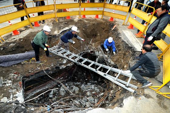 25일 오후 서울 충정로 KT아현지사 화재현장에서 관계자들이 현장정리를 하고있다. 장진영 기자