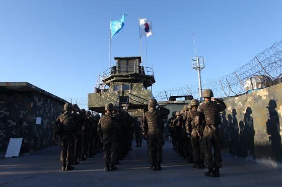 지난 9일 아군 GP 병력이 태극기와 유엔기를 내리며 철수하고 있다.북한군 GP가 지하기지라면, 아군 GP는 성과 같은 개념이다. [국방부 제공]