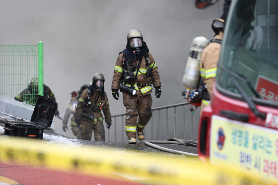 24일 오전 서울 서대문구 충정로의 KT 아현빌딩 지하 통신구에서 불이나 소방관들이 화재진화 작업을 벌이고 있다. [연합뉴스]
