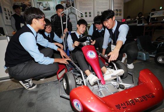 자동차 분야 마이스터고인 부산자동차고 학생들이 지난해 11월 열린 부산직업박람회에서 전기자동차를 시연하고 있다.[중앙포토]
