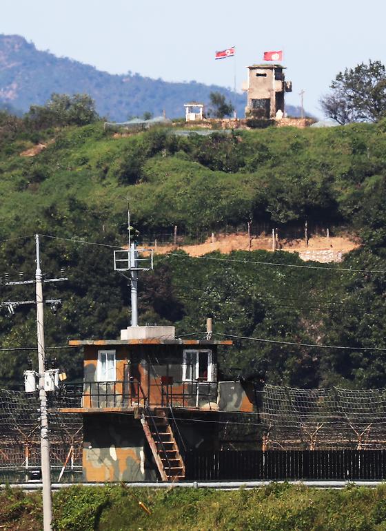 경기도 파주 접경지역에 아군과 북한군 초소가 마주보고 있다. [연합뉴스]