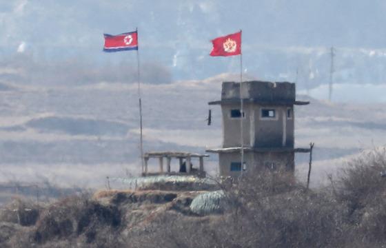 판문점 인근의 한 북한군 초소에 인공기와 북한군 육군 깃발이 나란히 바람에 펄럭이고 있다. [연합뉴스]