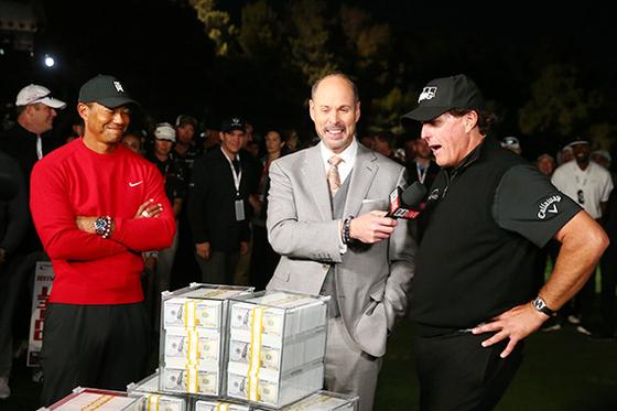 '더 매치'가 끝난 뒤 900만 달러의 상금이 담긴 현금 상자 앞에 선 타이거 우즈(왼쪽)와 필 미켈슨. 미켈슨은 경기 도중 우즈와 별도의 내기를 벌여 40만 달러를 추가로 벌어들였다. [USA TODAY=연합뉴스]