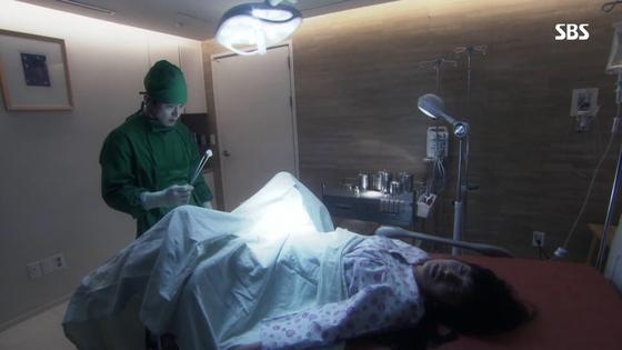 지난 5월 종영한 SBS 일일드라마 '해피시스터즈'. 남편이 아내에게 내연녀와의 불륜이 들통나자 아내 지시에 따라 직접 내연녀의 자궁을 적출하는 장면이 연출됐다. [사진 SBS]