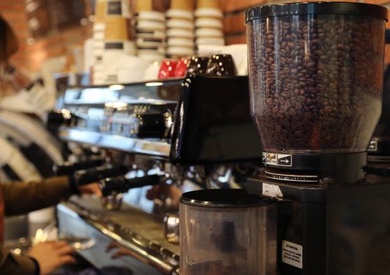 은퇴 후 퇴직금과 대출금으로 커피숍을 창업한 김 씨는 창업 6개월 만에 최저임금 인상 소식에 아르바이트 직원을 한 명을 내보낼 수밖에 없었다. [중앙포토]