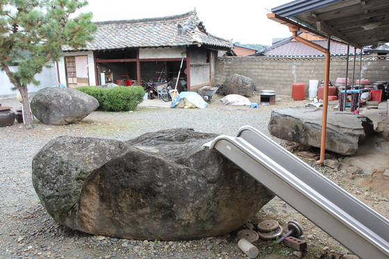 경산시 용성면 미산리 고인돌. 고인돌이 마당에 놓여 아이들의 미끄럼틀로 활용되고 있다. [사진 경산학회]