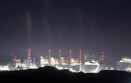 충남 보령석탄화력발전소 굴뚝에서 날이 어두워지자 연기가 쉴새없이 뿜어져나오고 있다. 김성태 기자.