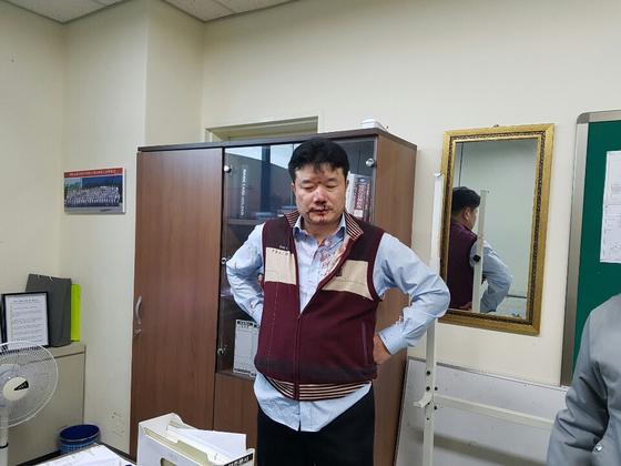금속노조원들에게 폭행을 당한 유성기업 김모 상무가 피를 흘리고 있다. 김 상무는 지난 22일 유성기업 아산공장 본관 2층 사무실에서 폭행을 당해 병원 치료를 받고 있다. [사진 유성기업]
