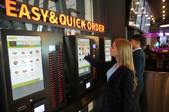 인천공항 제2터미널에 설치된 키오스크 메뉴판. 실제로 최저임금 인상에 따른 자동화로 직원을 대신에 키오스크를 이용하는 곳이 많아지고 있다. [사진 아워홈]