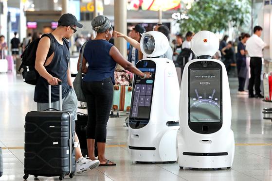 인공지능이 산업 전반에 걸쳐 출현했다. 그 중에 하나인 공항 안내 로봇 '에어스타'. 에어스타는 인공지능과 자율주행 기능이 탑재되어 이용객들에게 공항안내·탑승정보를 제공한다. [중앙포토]