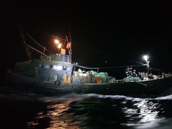 26일 오전 인천 백령도 해상에서 해경에 나포된 중국어선. 해경이 배에 오르지 못하도록 배에 쇠창살을 달아놨다. [사진 중부지방해양경찰청 서해5도 특별경비단]