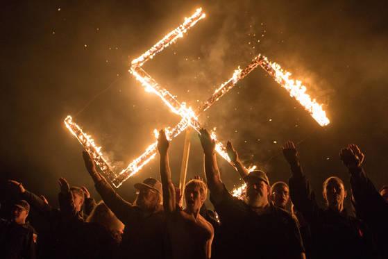 네오나치들이 나치 상징물 앞에서 나치식 경례를 하고 있다. 이들은 최근 모바일, 온라인 활동도 적극적으로 하고 있다. [로이터=연합뉴스]