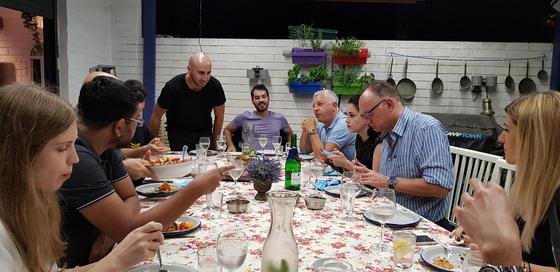 잇위드를 이용해 방문한 이스라엘 텔아비브 가정집에서의 식사 장면. 국적이 각각인 12명의 손님이 이스라엘 가정집의 손맛을 즐기며 주인 부부와 4살배기 아들, 그리고 강아지와 어울린 유쾌한 저녁이었다. 채인택 기자