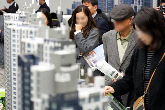 지난달 31일 서울 송파구 래미안갤러리에 개관한 '래미안 리더스원' 견본주택을 찾은 방문객들이 단지 모형을 살펴보고 있다.