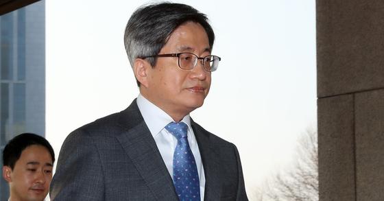 김명수 대법원장이 26일 오전 서울 서초동 대법원으로 출근하고 있다. [뉴시스]