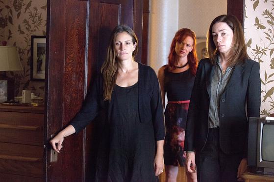 영화에서 바이올렛의 세 딸로 등장하는 (왼쪽부터)바바라 역의 줄리아 로버츠, 캐런 역의 줄리엣 루이스, 아이비 역의 줄리안 니콜슨. [중앙포토]
