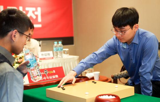 중국 판팅위 9단을 꺾고 한국에 첫 승리를 안긴 박정환 9단(오른쪽). [사진 사이버오로]