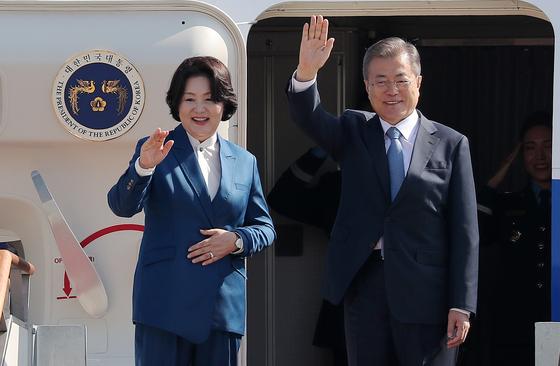 지난 10월 유럽 5개국 순방길에 나서는 문재인 대통령과 부인 김정숙 여사. [뉴스1]