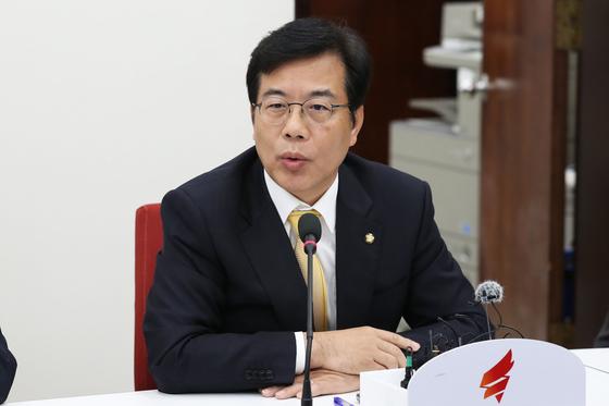 송언석 자유한국당 의원이 27일 오후 서울 여의도 국회에서 열린 예산소위 관련 긴급회의에서 발언을 하고 있다. [뉴스1]