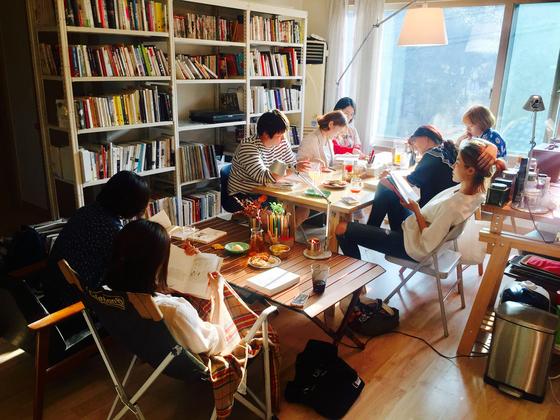 남의 집 거실에 모여 앉아 책을 읽고 있는 '남의집 서재' 프로그램 참가자들. [사진 남의집 프로젝트]