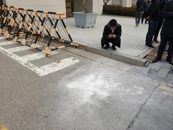 27일 오전 서울 서초구 대법원 정문 앞에 화염병 화재를 진압한 흔적. 정진호 기자