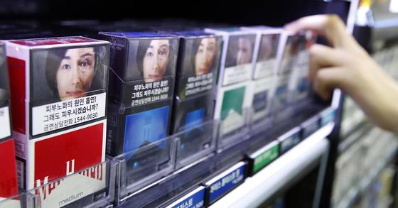 대표적인 발암물질인 담배. 발암물질이 초기에는 몇 안 되던 것이 수시로 늘어나고 있다. 1군만 해도 100개가 넘는다. 그렇다면 1군, 2군 발암물질은 어떤 기준으로 나눈 것일까? [연합뉴스]