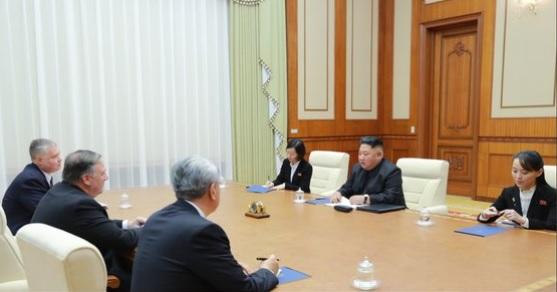 트럼프 대통령이 지난달 트위터에 올린 마이크 폼페이오 국무장관의 4차 방북 당시 김정은 북한 국무위원장의 면담 모습. 폼페이오 장관의 우측이 앤드루 김 미 중앙정보국(CIA) 코리아미션센터장.[트위터 캡처]