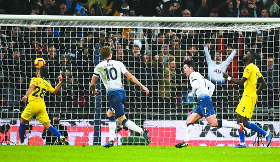 손흥민에겐 휴식이 보약이었다. 잉글랜드 토트넘의 공격수 손흥민(오른쪽 둘째)이 25일 첼시와의 홈경기에서 50m를 질주한 끝에 올 시즌 프리미어리그 첫 골을 터뜨린 뒤 기뻐하고 있다. [EPA=연합뉴스]