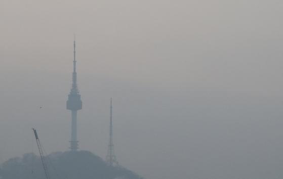 26일 오전 서울 N서울타워가 미세먼지에 가려져 희미하다. [뉴스1]
