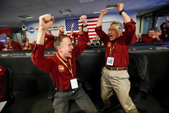 26일(현지시각) 인사이트(InSight)가 화성 적도 부근 '터치다운'에 성공하자 미항공우주국(NASA) 제트추진연구소(JPL) 엔지니어들이 환호하고 있다. [로이터=연합뉴스]