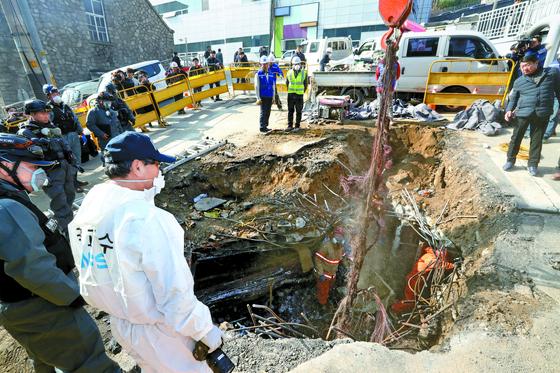 지난 24일 화재가 발생한 KT 아현지사에서 복구 작업이 진행 중이다. [중앙포토]