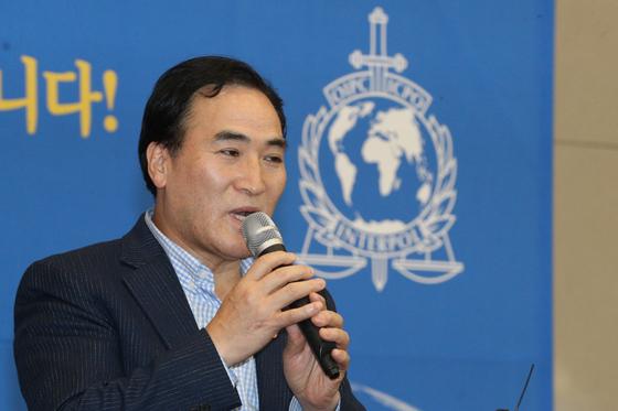 김종양 신임 인터폴 총재가 지난 23일 오전 인천국제공항을 통해 입국해 기자회견을 통해 소감을 밝히고 있다. [뉴스1]