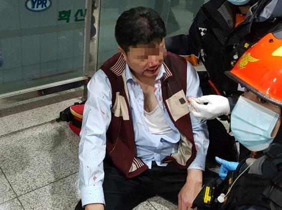 노조원들에게 폭행당한 유성기업 임원이 구급대의 치료를 받고 있다