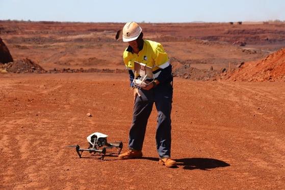 호주 북서부 필바라 지역의 로이힐 철광석 광산에 적용된 스마트 마이닝(지능형 광산) 기술의 모습. 드론을 띄워 광산을 모니터링한다. [사진 로이힐홀딩스]