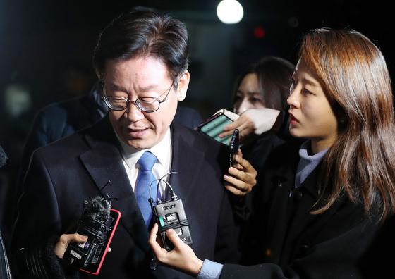 이재명 경기지사가 지난 24일 피의자 신분으로 검찰에 출석해 13시간 동안 조사를 받은 뒤 오후 11시17분쯤 수원지검 성남지청을 나서고 있다. [연합뉴스]